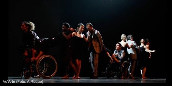 Imagem de um espectáculo da Vo'Arte, com artistas com e sem deficiência