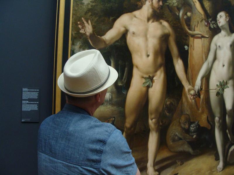 Um visitante em frente a uma quadro.